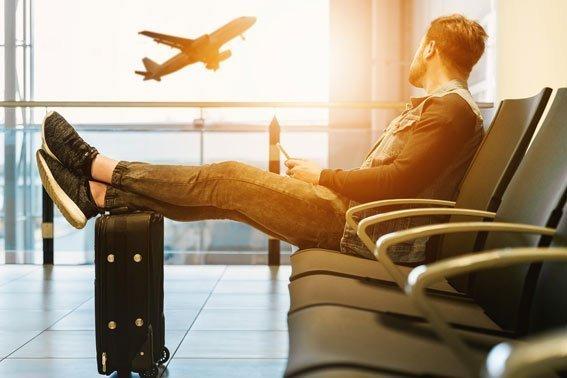 Llega al aeropuerto agotado dormir vuelos de larga distancia