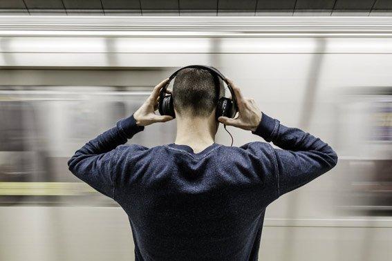compra auriculares con cancelación de ruido dormir vuelos de larga distancia